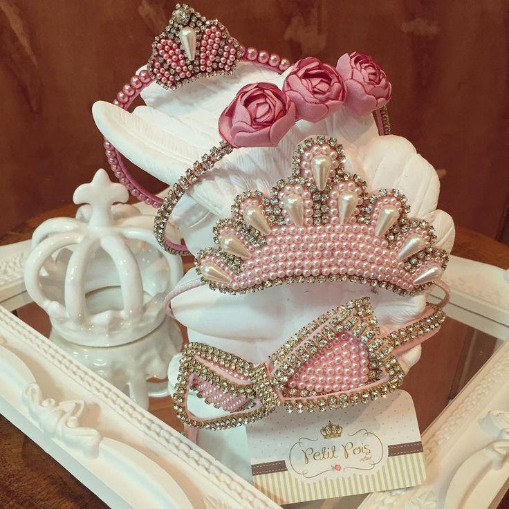 """""""Veja o vídeo dessas tiaras no post anterior!  Tiara fina de coroa e de flor R$ 61,40. Tiara grande rosa bebê de coroa e de laço G R$ 76,30. Sua princesa…"""""""