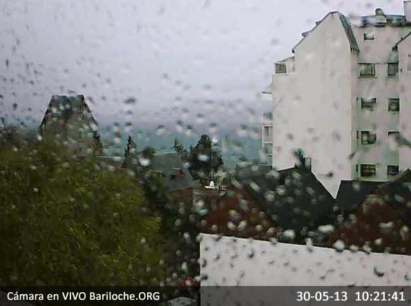22 días INV13ERNO! Hoy amaneció con lluvias y fuertes vientos, para las 15hs esta pronosticado precipitaciones muy fuertes asique si estas en Bariloche, un buen plan sería quedarse a tomar un chocolate caliente con una porción de torta!!  Imagen cámara en VIVO Bariloche.ORG, ahora: