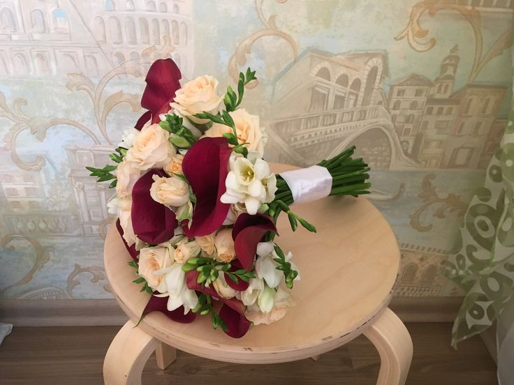 Букет невесты. Бордовая свадьба. Каллы, розы и фрезии.