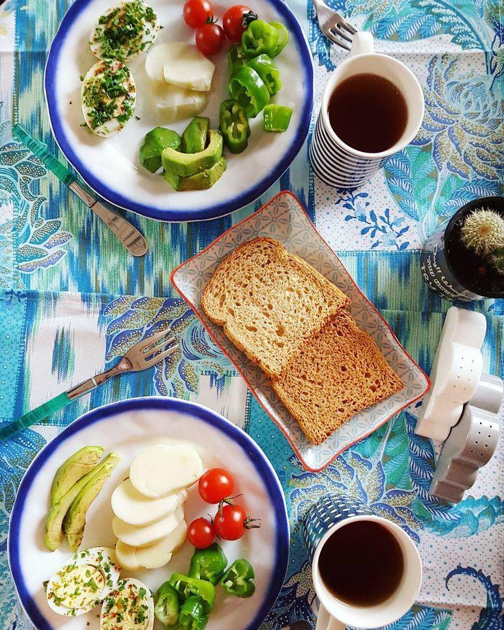 4 günlük fantastik İzmir seyahatinin ardından kaldığımız yerden diyete devam ediyoruz elbette. 08:00'da @fittimecomtr her zaman olduğu gibi  kapımızda. Sabah 1 dilim ekmek domates yeşil biber dilim örgü peyniri avokado ve haşlanmış yumurtadan oluşan kahvaltı gayet doyurucu. Ara öğünde muzlu ve tarçınlı chia puding var. Öğle yemeği İzmir köfte  gavurdağı salata ve ekmekten oluşuyor.  Öğleden sonra ara öğünde humus ve wasa var ki humusa bayılırım Aksam yemeğinde ise Brüksel lahanalı güveç…
