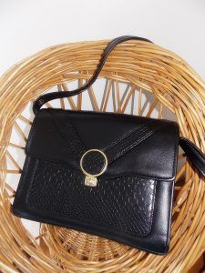 Sac à main vintage noir à fermoir doré | http://jeronine-vintage.com/friperie-en-ligne/sac-vintage/sac-a-main-vintage-noir-a-fermoir-dore/