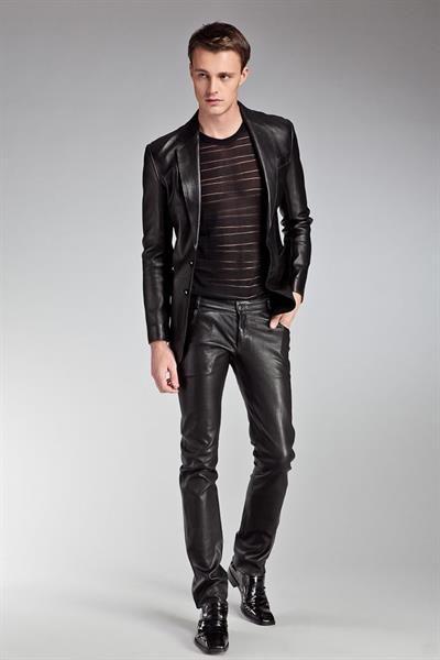 Чёрная куртка и джинцы стиль моды для мужчин