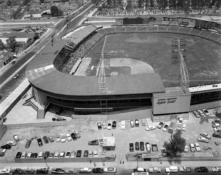 Imagen aérea del parque de béisbol del Seguro Social durante un encuentro en 1955, año de su inauguración. La vista es desde la avenida Obrero Mundial hacia el Viaducto; al fondo se ve el Panteón Francés. Hoy en este emblemático espacio de la colonia Narvarte se encuentra la plaza comercial Parque Delta.