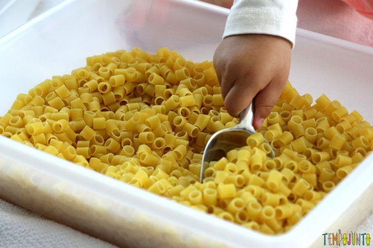 Brincadeira para fazer em casa com o seu filho pequeno - usando uma pa para pegar o macarrao