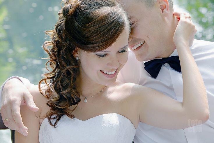 Ślubne zdjęcia w plenerze polecamy tym parom, które chcą sobie przedłużyć czas fiesty weselnej. Uroczystość zaślubin, przysięga małżeńska, wzruszenie rodziny, przyjaciół, życzenia, wesele, roztańczeni goście, fajerwerki, tort, podziękowania to wszystko jeszcze wciąż szumi w głowie, nie pozwala zwyczajnie powrócić do zwykłej codzienności. Może więc spróbować podzielić się tą energią ze światem. Zdjęcia plenerowe pary ślubnej są dobrą okazją do tego. Spacer w mieście w porannym słońcu w białej…