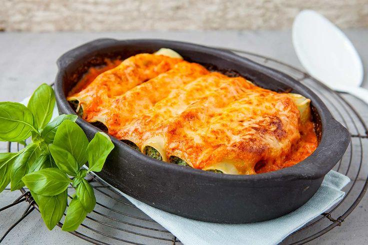 Toevoegen aan mijn receptenHeb je zin in lekker Italiaans eten? Maak dan deze cannelloni klaar. De spinazie en ricotta geven het gerecht een extra punch. Serveer er ciabatta brood bij en je hebt een gerecht om je vingers bij af te likken!