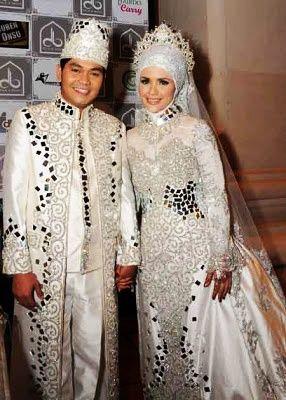 Masih Bingung Mencari Model Kebaya Pengantin Muslim? Berikut Ini Model yang Cocok untuk Baju Pengantin Muslim Modern.. - Pernikahan merupakan satu acara yang...