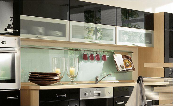 Küchenrückwände von HORNBACH: Milchglas wirkt in dieser Küche sehr edel und harmoniert sehr gut mit den hochglänzenden Fronten