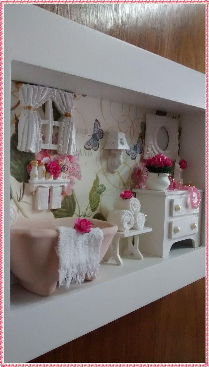 Gracioso quadro cenário de banheiro, confeccionado em mdf,  pintura branca, fundo em decoupage com papel importado,  nos tons verde e rosa, banheirinha em ceramica, miniaturas em  resina, vasinho com florzinhas importadas, miniaturas de toali  nhas, miniaturas de perfume e colarzinho, rico em det...