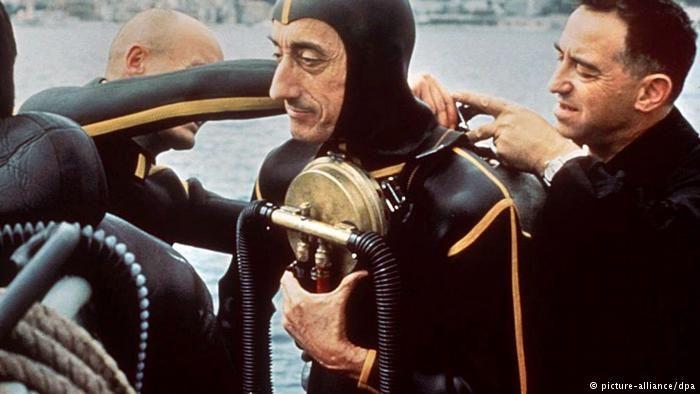 Jacques Cousteau con traje de buzo.