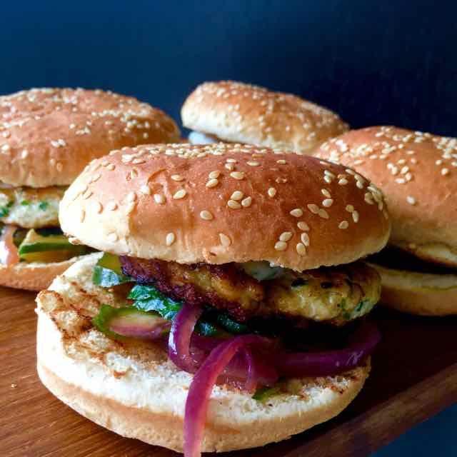 Ik ben een fan van een goede hamburger. Meestal maak ik ze van rundvlees. Nu maak ik een uitstapje naar kalkoen. Moest wel even nadenken over het pepertje in het vlees, zou dat niet te heet worden. Maar dat viel mee. De Relish heb ik wel verkeerd gemaakt, in plaats van raspen had ik de komkommer