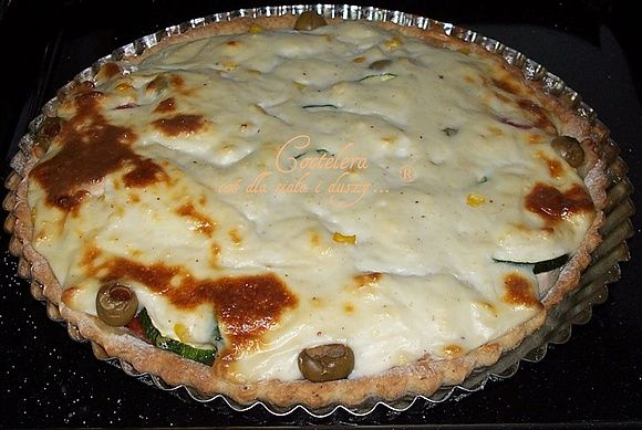 Dieta wątrobowa: wytrawna tarta z cukinią, pomidorami i kurczakiem z beszamelem