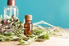 Como fazer óleo de alecrim caseiro. O óleo essencial de alecrim apresenta uma série de benefícios para a nossa saúde e bem-estar geral. Em tratamentos de aromaterapia é muito útil para tratar tanto de doenças físicas como desequilíbrios...