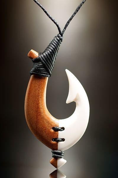 Stilvoll gebundener Matau Schmuck Anhänger aus Knochen und Holz. Das Maori Symbol für Stärke und eine sichere Reise über das Wasser.