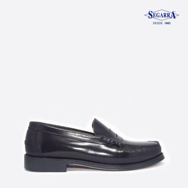 Estos zapatos sin cordones para hombre de Calzados Segarra se muestran robustos y sencillos. La vira marcada y la suela de dos colores completan su estilo relajado. Un calzado versátil para acompañar unos vaqueros o unos chinos en un look casual masculino y desenfadado.