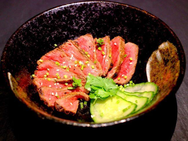 Tataki de boeuf à la citronnelle, gingembre, coriandre, citron vert