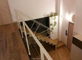 scala in metallo verniciato con gradini e alzate in legno
