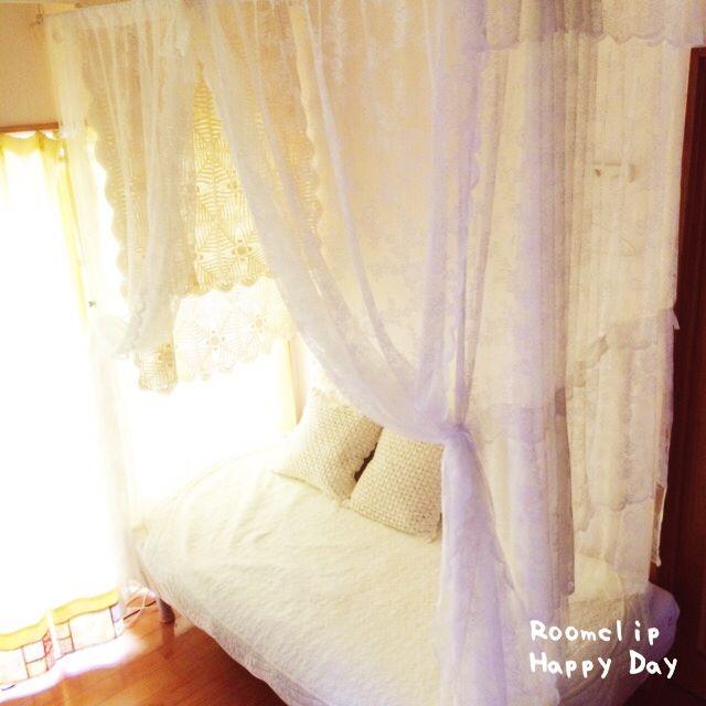 totoさんの、ベッド周り,100均,突っ張り棒,ニトリのクッションカバー,IKEAレースカーテン,ダイソー♡,しただけ,のお部屋写真