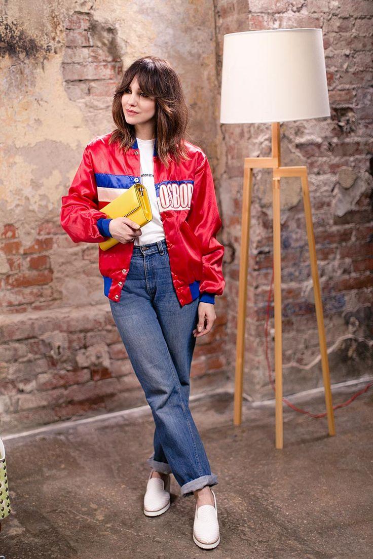 Микс в духе 80-х от @sofieliseeva: дополняем джинсы и бомбер белоснежными слипонами и ярким глянцевым клатчем и получаем отличный лук для вечеринки