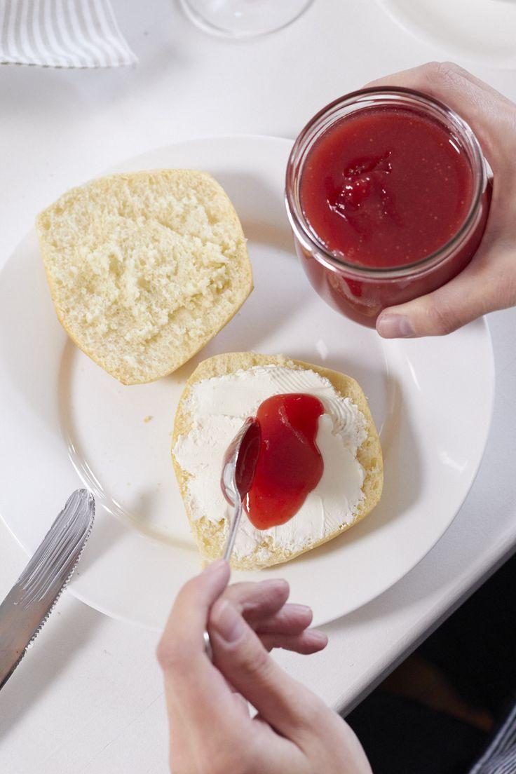 Sektfrühstück mit Mumm Sekt aus der Art Edition von dem finnischen Designer Kustaa Saksi und selbstgemachter Erdbeer-Sekt-Marmelade
