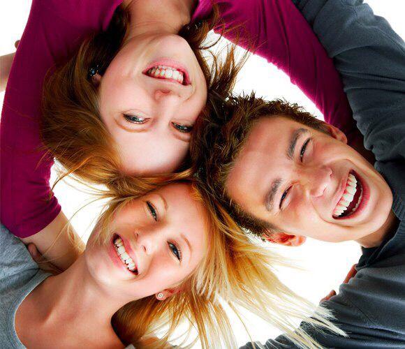 Смех является лучшим лекарством для нашего здоровья, причём, абсолютно безвредным и совершенно бесплатным.  Смех в течение 15 минут способен сжечь все калории, которые содержатся, например, в плитке шоколада. А всего лишь одна минута смеха равноценна 15 минутам прогулки на велосипеде! Конечно же, это не означает, что все двигательные тренировки можно заменить смехом.  #ЦентральнаяАптека #аптека #смех #лекарство #житьздорово #смехотерапия #здоровье