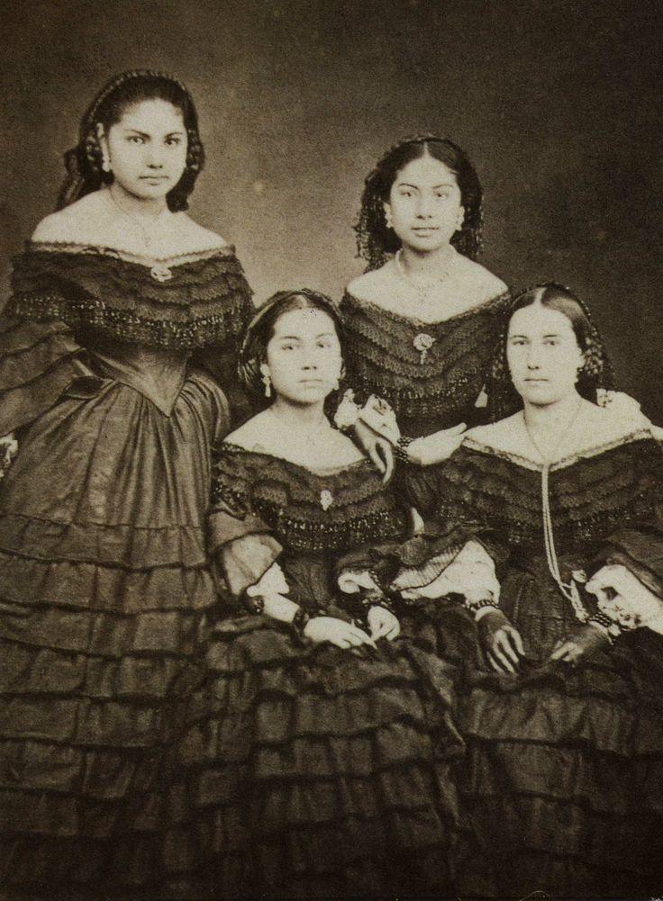 Margarita Maza de Juárez con sus hijas: Manuela, Felícitas y María de Jesús Juárez Maza. Recinto Homenaje a Benito Juárez, Palacio Nacional, México, D. F.