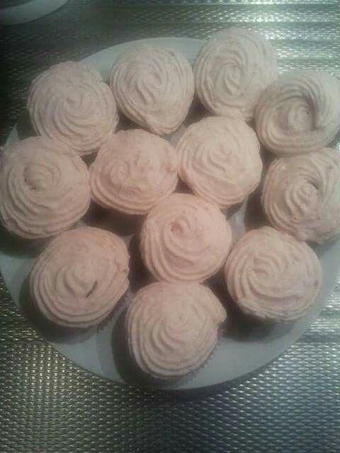 Chocoladecupcakes met aardbeienslagroom