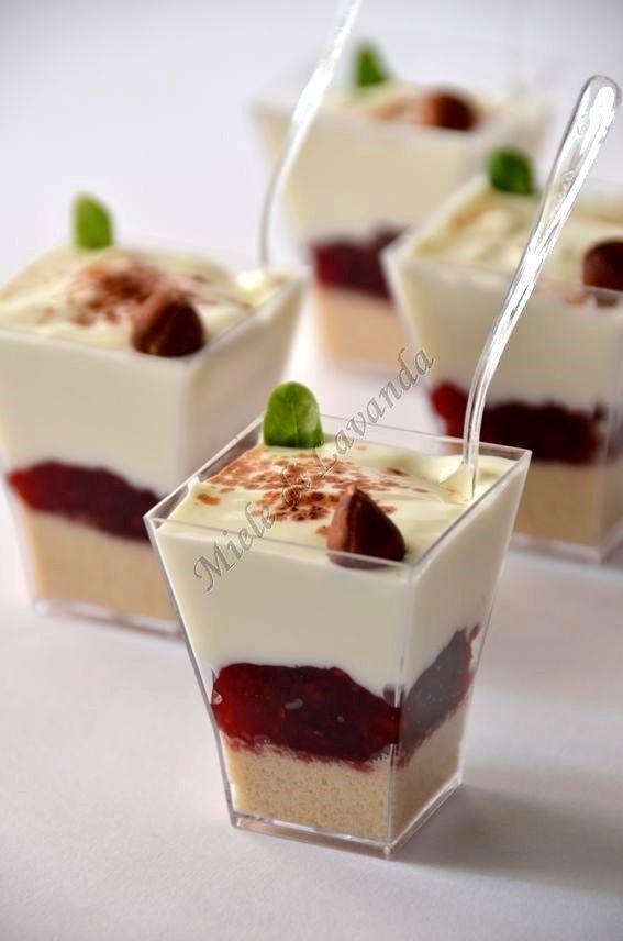 Bicchierini con crema di yogurt e lamponi
