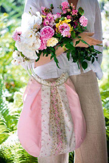 Un sac cousu de tissus fleuris rose et blanc, avec des roses anciennes