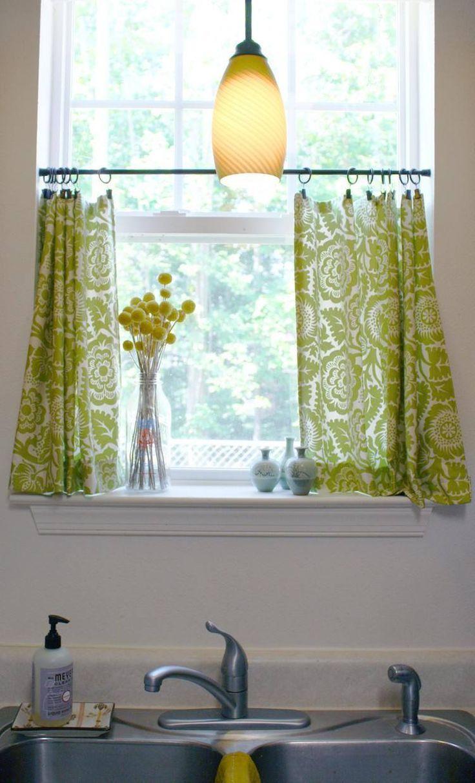 petits rideaux cuisine à motifs floraux verts et un bouquet de craspedia