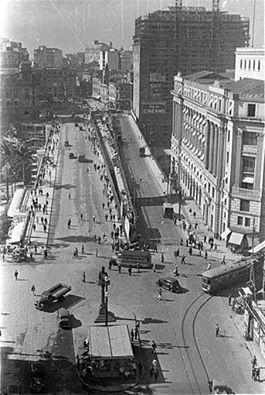 1938 - Os dois viadutos do Chá lado a lado. O antigo (construído com metal alemão e assoalho de madeira) com obras iniciadas em 1888 e o novo (construído em concreto armado), inaugurado em 1938.