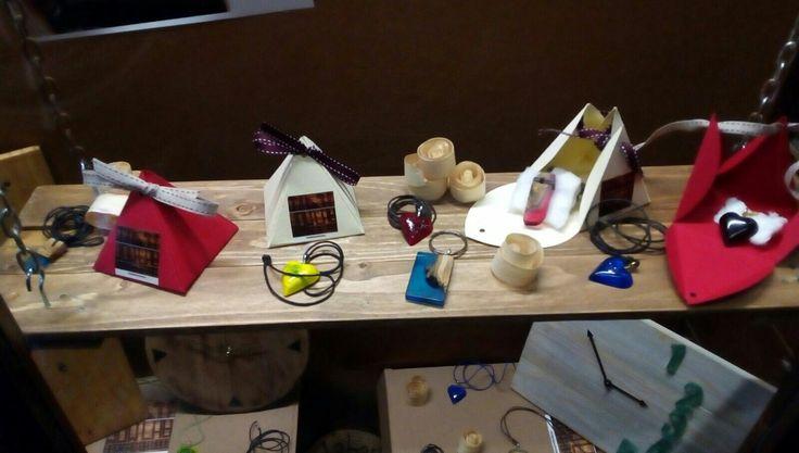 Ciondoli e portachiavi in ulivo e resina epossidica. #workingonwoodlab #handmade #epoxyresin  https://www.facebook.com/workingonwoodlab/  https://www.etsy.com/it/shop/WorkingOnWoodLab