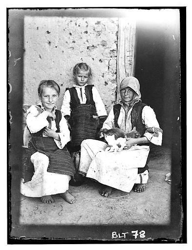Grèce ; Macédoine ; Negocani (Νίκη-Φλώρινα) (1916-1917) LégendeTrois fillettes avec des chatons dans les bras. Auteur photo Blanchet, Joseph