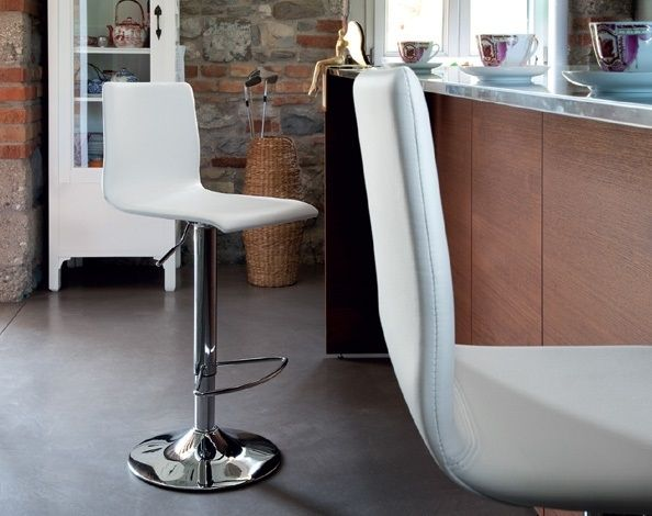Jude Domitalia  Jude has a line that reminds the model Jam, only with a lower backrest. Suitable in the kitchen or at the bar, it can fit with the modern style or a more classic style, with the same ease. A discrete solution, adaptable to different styles of furniture.  http://www.martinelstore.com/en/prod/chairs/stool/jude-domitalia-1842.html