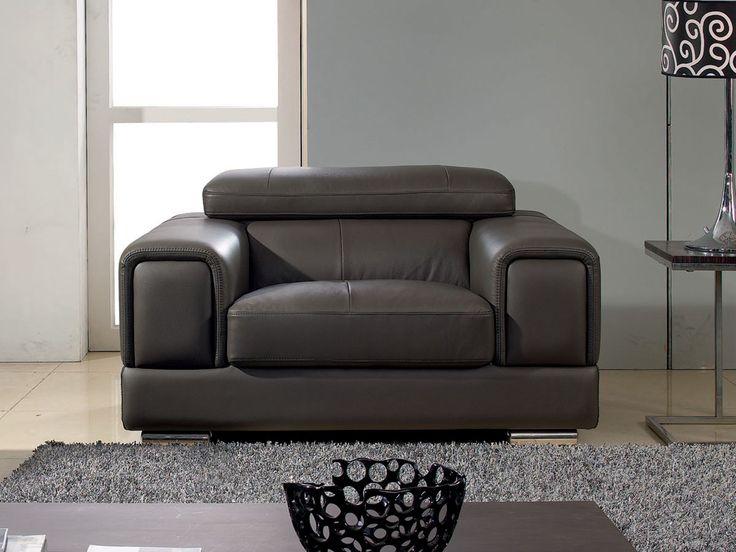 A la fois robuste et élégant, vous serez confortablement installé dans ce fauteuil noir en cuir. Son design et ses finitions uniques en font un objet de décoration à part entière et vous apprécierez le confort inégalable procuré par son appuie-tête relevable ! #fauteuil #contemporain
