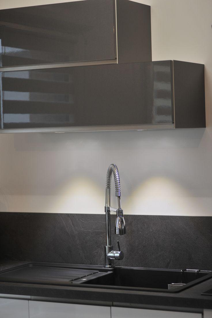 Cuisine grise et blanche laquée Cuisinella, rénovation cuisine appartement triplex @secretsdeco, Décoration et rénovation d'intérieur