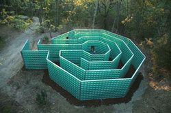 Un labyrinthe entièrement vitré au sein du Parc des Sculptures du Chianti.  Un labyrinthe entièrement vitré au sein du Parc des Sculptures du Chianti, situé dans le paysage sublime des douces collines du pays de Sienne le Parc des Sculptures du Chianti a été conçu par Piero et Rosalba Giadrossi à la fin de 2000.