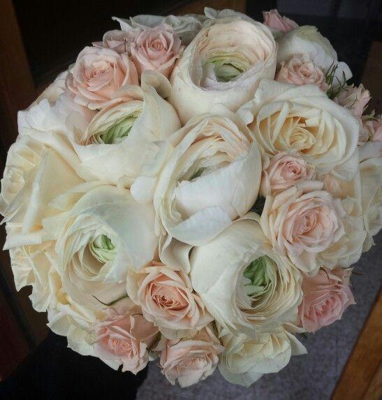 bouquet di ranuncoli e rose in tonalità cipria