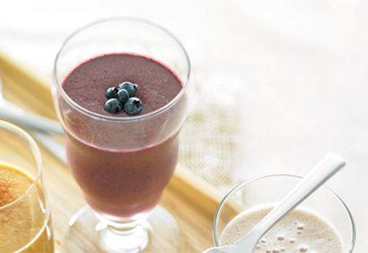Débuter la semaine du bon pied n'aura jamais été aussi facile avec cette recette de smoothie aux bleuets, épinards et ananas! #cuisinerenfamille
