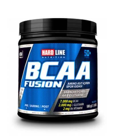 Hardline BCAA Fusion 500 Gr, servis başına ve 4:1:1 oranında 7 gr BCAA, 2 gr Glutamin içeren amino asit takviyesidir. Hardline BCAA Fusion içerdiği serbest formda amino asitler sayesinde kana hızlı bir şekilde karışır ve günlük BCAA ihtiyacını karşılamaya yarımcı olabilir.