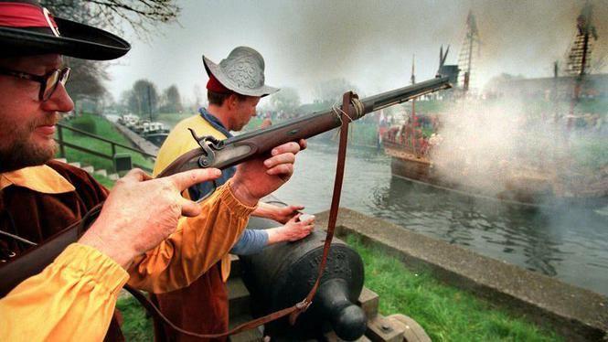 In 1998 werd de slag om Den Briel nagespeeld. De geuzen die de stad innamen voerden toen voor het eerst de prinsenvlag.