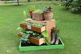 Instead of throwing out your old draws why not recycle them! here's a great idea. :)