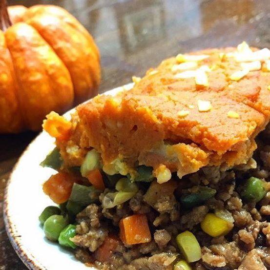 Warm up with this harvest pumpkin shepherd's pie by @eatingthe.rainbow, using Yves Veggie Cuisine Ground Round. 🍁