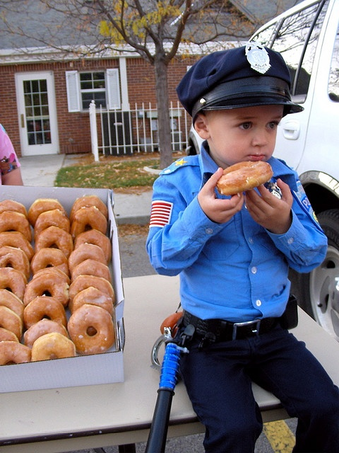 Instead of having the regular cake or even cupcakes... doughnuts might be an interesting twist to a policeman themed birthday party.
