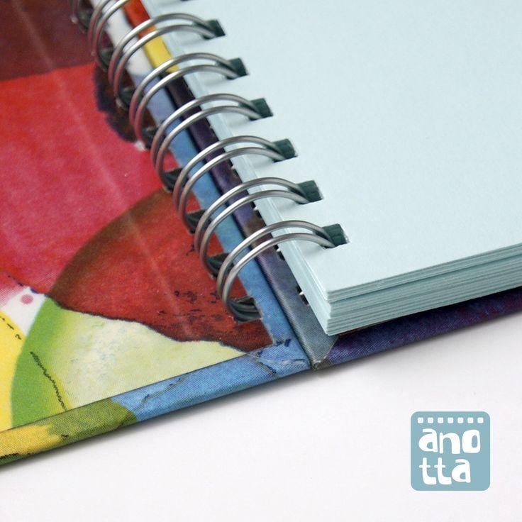 Detalle de libreta hecha a mano reciclando una bolsa de papel de una conocida marca de ropa.