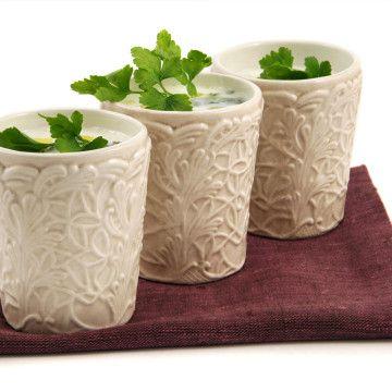Svalkande spenatsoppa i glas med yoghurt och persilja - Recept - Tasteline.com