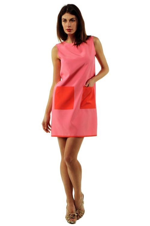 """Vestito """"Fiordaliso"""" corto bicolore rosa con tasche applicate color rosso corallo.  Colore: rosa/rosso corallo  MATERIALE: 79% AC 15% SE 16% PA"""