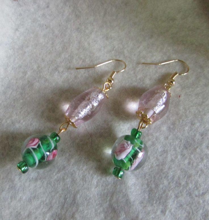 Aros cristal en rosa nácar translúcido, y bolitas verde con rosa estampado, mostacillas verde, ganchitos y casquete en dorados