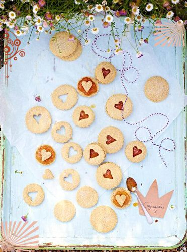 Рецепты ко дню св. Валентина от Джейми! Печенье для Джорджи Супер-пупер легкий рецепт печенья! И не просто какие рецепты ко дню св. Валентина предлагаем, а знаменитые — это печенье Джейми выпек в честь принца Джорджа в день его рождения! Что хорошо для Его Королевского Высочества принца Джорджа Кембриджского будет достаточно хорошим и для вашего любимого! И для вас… Не так ли?  Просто печенье для счастья — нежное, рассыпчатое, с кислинкой от абрикосового джема! Вкус «спесифисский»!