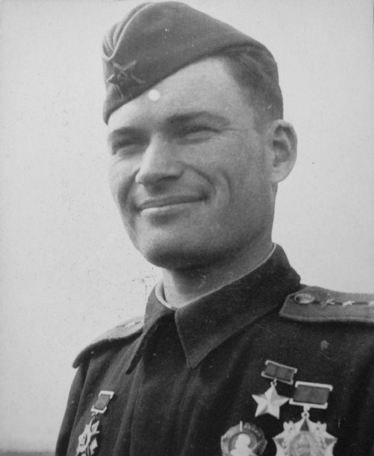 Летчик 215-го штурмового авиаполка Герой Советского Союза командир эскадрильи капитан Николай Михайлович Карабулин (1918—1943). июнь 1943